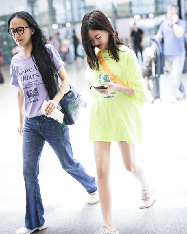 李嫣机场街拍曝光:玩下衣失踪秀修长美腿 纤细身材像极了王菲
