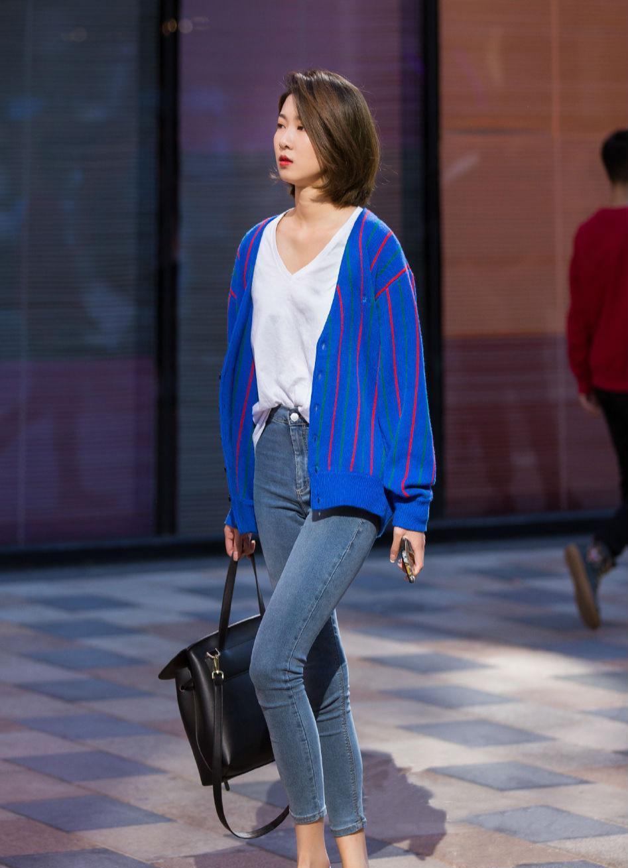 牛仔裤搭配针织衫,看上去十分休闲,时尚的偏分短发造型,让你的气质更