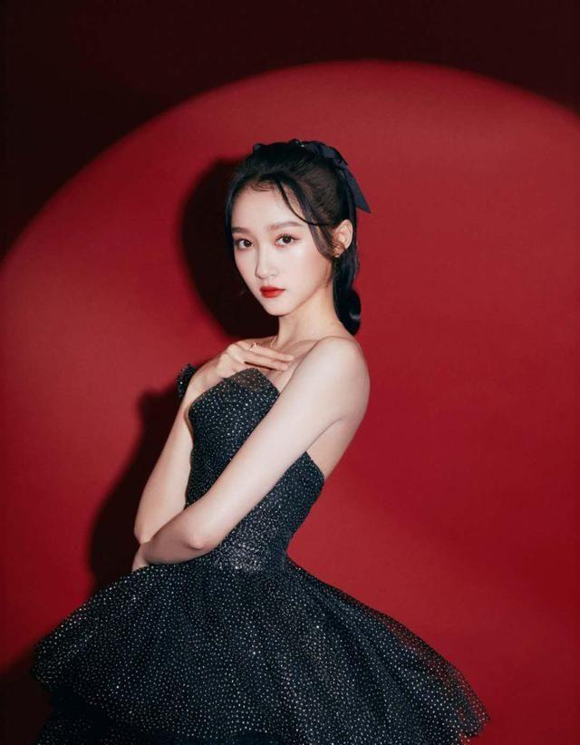 关晓彤气质真是绝了,穿黑钻长裙好优雅,没想到转身后美背更惊艳