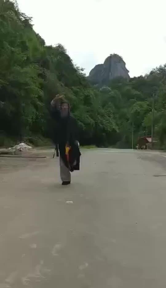 武当山八十八岁道长传授武当太极剑法,剑气凌厉十米之内非死即伤