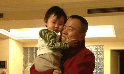 潘长江晒出自己的豪宅:客厅铺满原木地板,直接和外孙坐地上玩耍