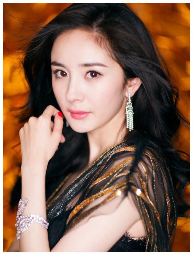 杨幂的条码裙,热巴的亮片裙,杨颖的丝缎裙,都不如她的美人鱼裙