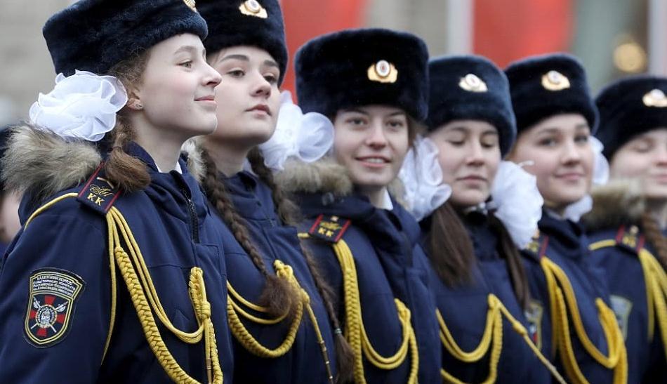 俄罗斯举行荣耀日红场阅兵,士兵着二战军服亮相,女兵高颜值扎眼