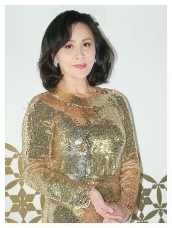 """刘嘉玲真""""壕""""!穿着金色的连衣裙现身,网友:直逼金卡戴珊"""