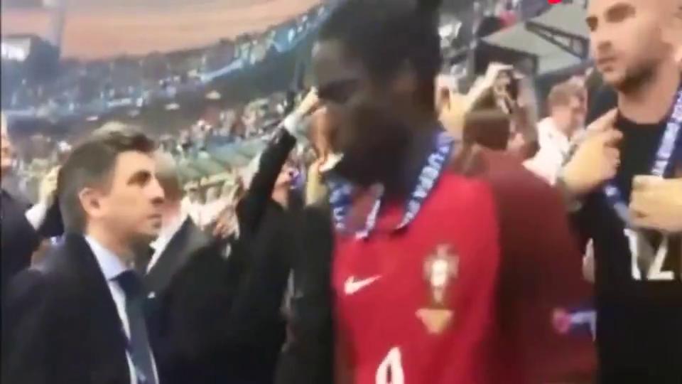 葡萄牙夺冠后,弗格森一脸期待地等C罗,真是把他当儿子看!