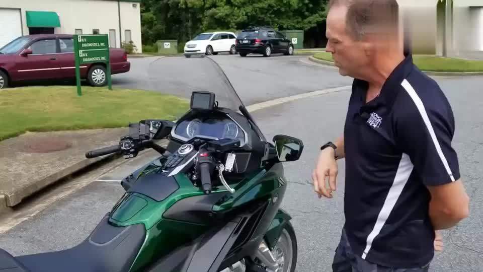 价值45万的摩托车绿色限量版本田金翼近距离感受一下