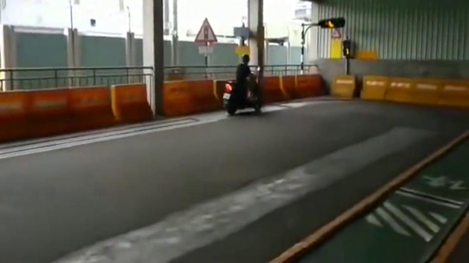 原来摩托车驾驶员这么考,第一次见!