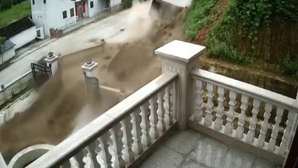 大货车过弯突然失控,一车沙子瞬间被震飞悲剧了