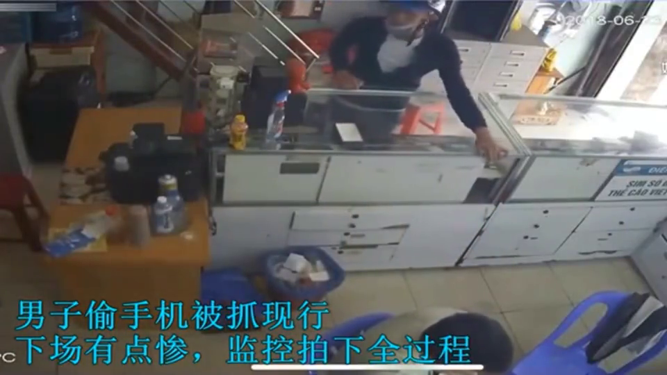 男子偷手机被抓现行,下一秒才是悲剧的开始,监控全程拍下