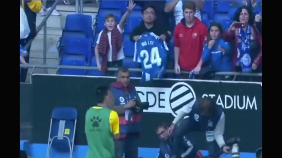 足球:西班牙人小球迷得到武磊球衣,竟然激动到哭泣!