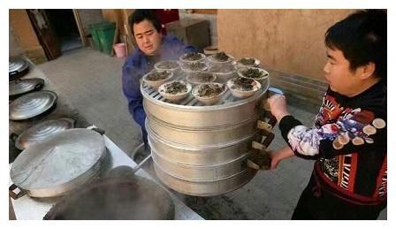 河南小伙卖街头小吃,一天能丢500个碗,不知道还以为是瓷器店!