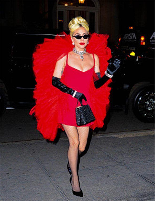 "Lady Gaga身穿红色短裙+""羽翼"",尽显中国红"