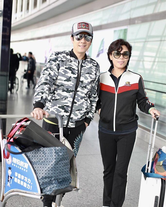 蔡国庆51岁不服老,迷彩夹克搭刺绣裤潇洒帅气,比年轻人还敢穿