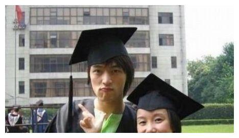 明星毕业照大盘点 胡歌呆萌杨幂稚嫩 原来她们都是大学同学