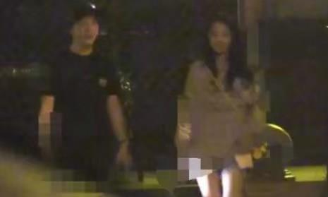 李云迪这是喝醉了?深夜驱豪车与美女聚餐,却被曝当街小便?