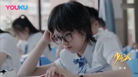 班主任:那位吃东西的同学声音小一点,不要影响后面打瞌睡的同学