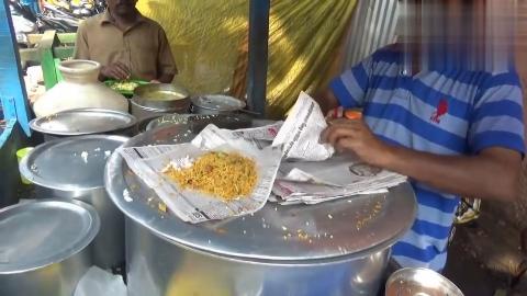 印度街头的咖喱饭老板用有字报纸打包这样吃下去满腹经纶吗