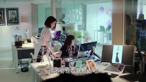女子偷偷在公司看招聘网站,没想到老板突然回来,女子吓坏了