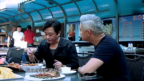 王杰在街上吃饭遇见迷妹正唱他的歌很是惊讶