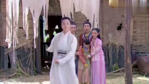 黄蓉及时赶到,语言上对李莫愁各种羞辱,随后又用武功教育了一番