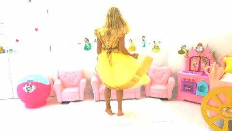小萝莉和姐姐穿公主裙子,打扮成公主和小正太玩气球