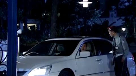 保安看不起开破车的小伙,故意刁难他,结果小伙第二天换了辆豪车