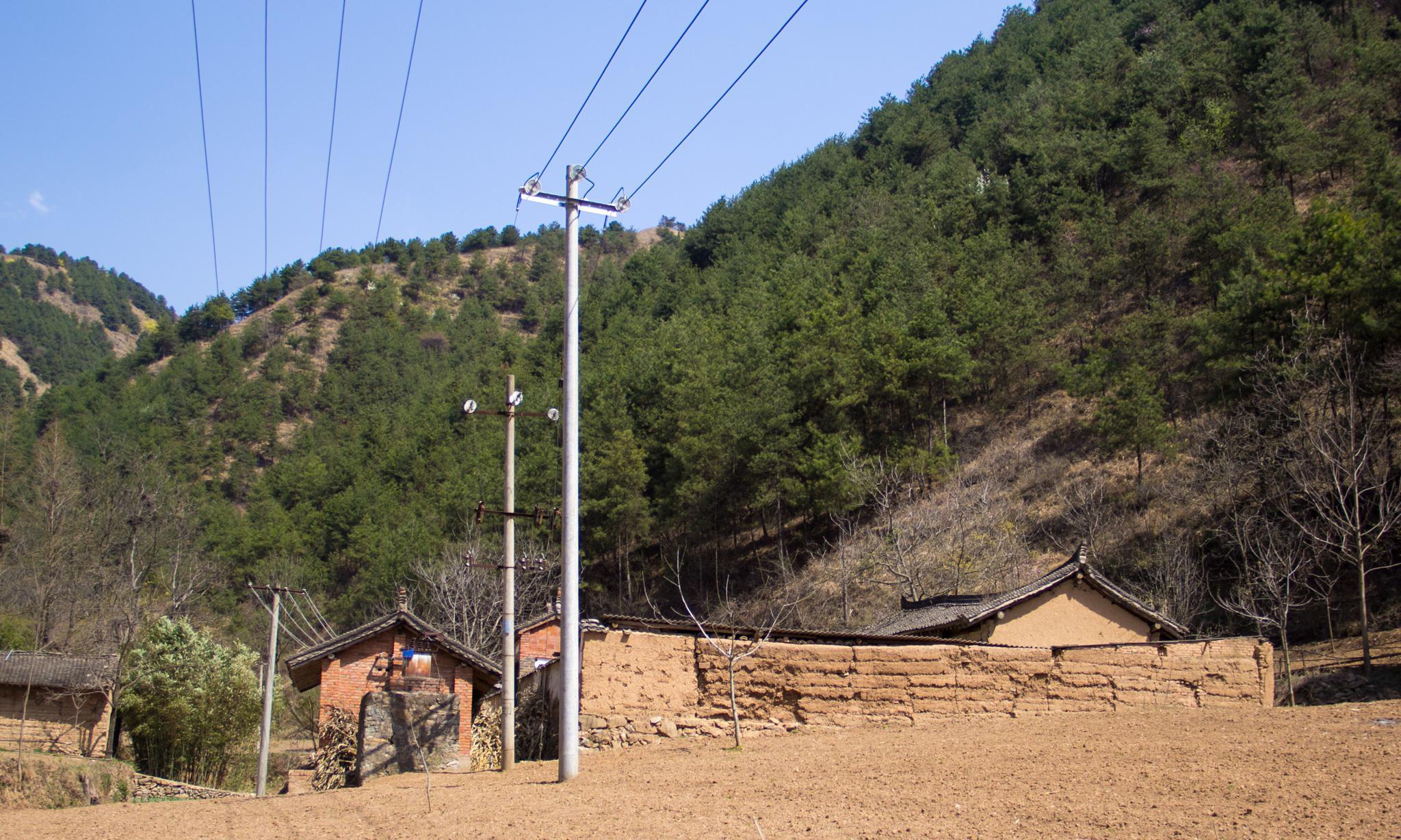 行走秦岭:在山中很少见到大宅院,更鲜见这种有围墙的老房子