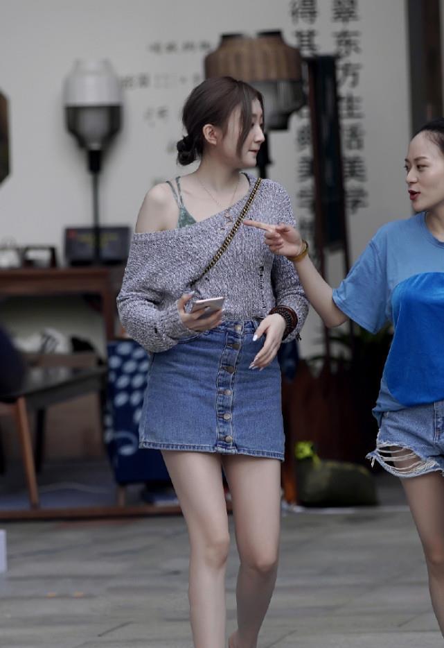 """路人街拍:今夏流行""""星星鞋""""搭配斜肩衫,潮流感满分,美得吸睛"""