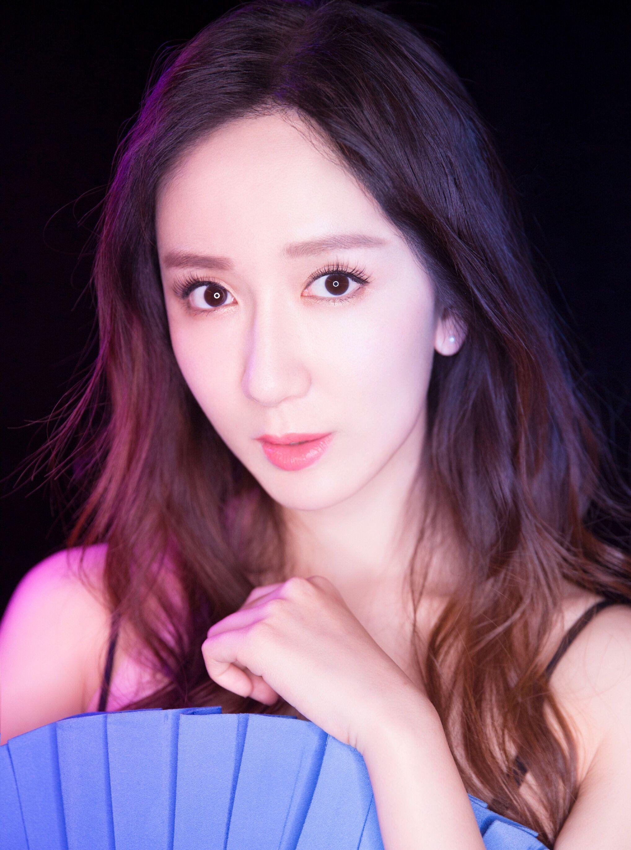 娄艺潇 一袭蓝色百褶裙参加新浪微公益颁奖典礼,时尚优雅迷人!