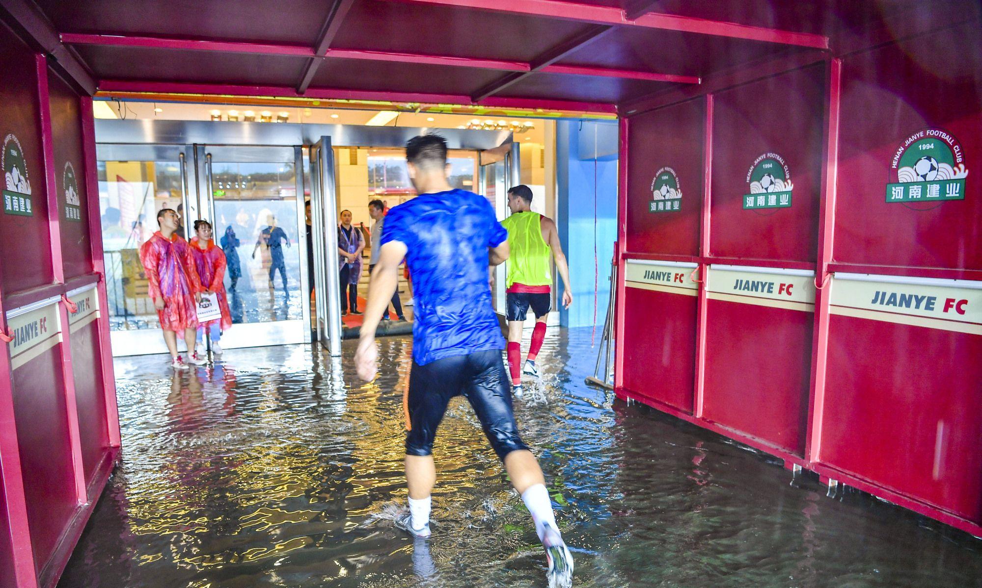 中超河南建业对北京人和比赛遇暴雨,郑州航海体育场被浇透变泽国