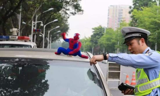 车顶放葫芦娃、蜘蛛侠扮酷装可爱?