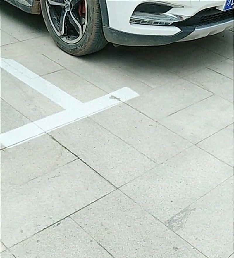 国内一辆江淮瑞风停在车位内,结果却吃了张罚单!网友:车头反了