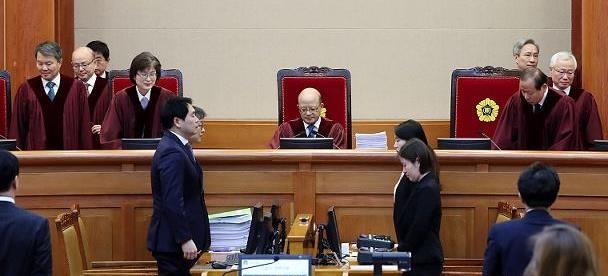 湖北蔡甸女生摔伤 男同学帮扶成被告 法院:不用赔!男方非要赔?