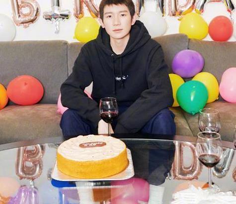王源19岁生日发美照庆祝,可谁注意到桌子上的酒杯了?真没想到
