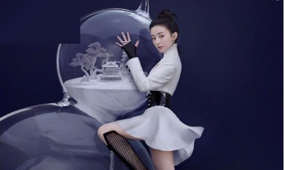 赵丽颖复工首登杂志封面,身材比没当妈时还好,嫩脸看着也就16岁