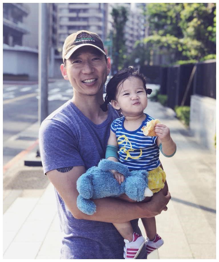 隋棠带着LUCY去吃面包 LUCY甜喂爸爸感觉好幸福