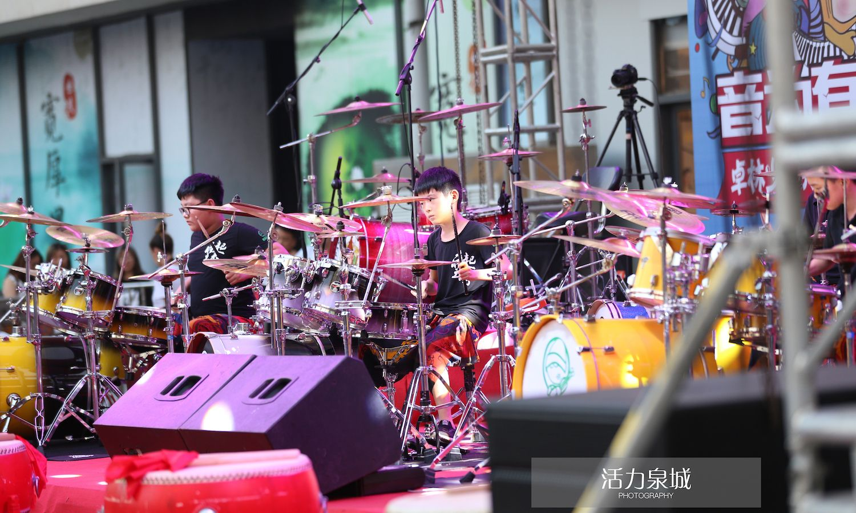 八台架子鼓同时打响,济南潮流年轻人打鼓表演,为爱打响动次打次