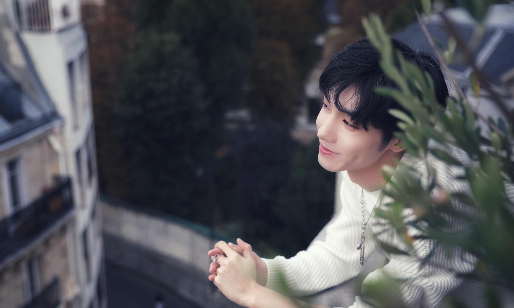 """宋继扬首次巴黎时装周,只穿一件简约白毛衣,化身""""神仙哥哥""""!"""