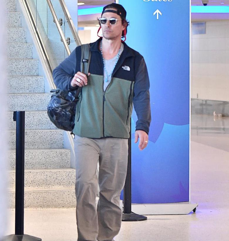 影帝马修·麦康纳机场街拍,穿搭随意接地气,胡子刮掉显年轻