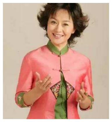 53岁鞠萍现身山村,穿粉嫩仙女裙显发福严重,网友直呼:像贾玲