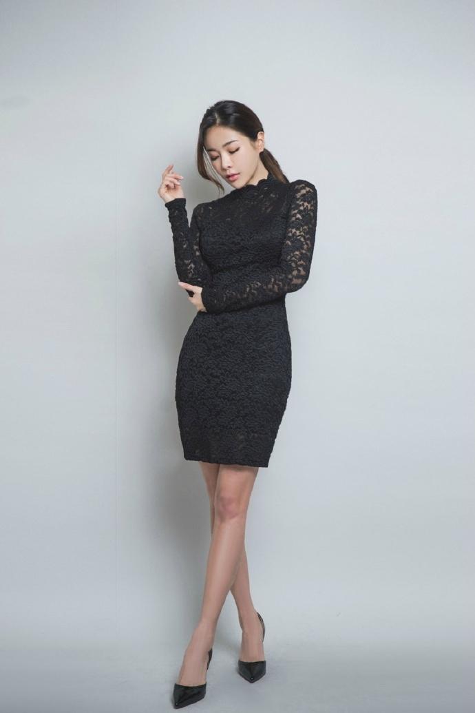 黑色的蕾丝裙在高挑女生身上显得特别迷人。