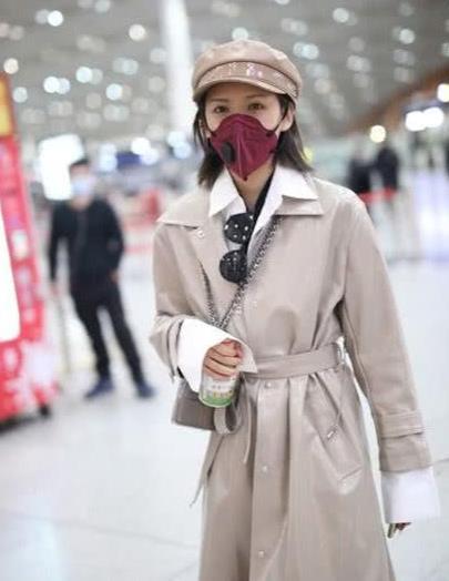 张予曦穿皮风衣走机场,白衬衫简约干练,天冷还敢露脚踝