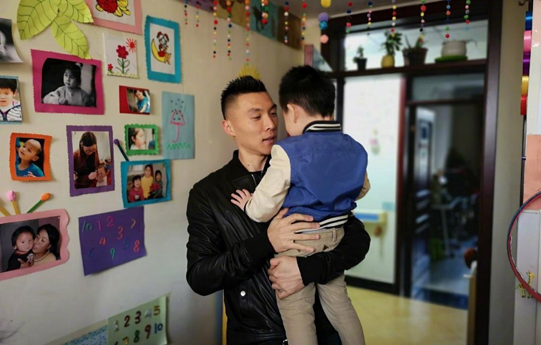 北京中赫国安俱乐部球员于大宝最近看望爱百福的视障小朋友们