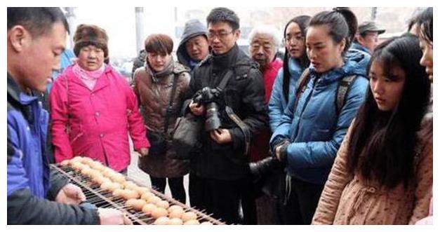 农村大集烧烤架上放的不是牛肉鸡腿,而是生鸡蛋,吃过烤鸡蛋吗