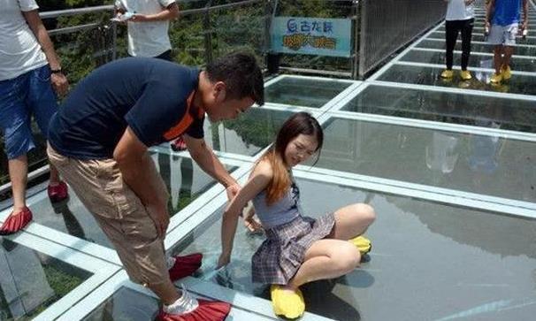 """网红玻璃桥变""""偷窥桥"""",女游客""""隐私""""泄露,工作人员:管不了"""