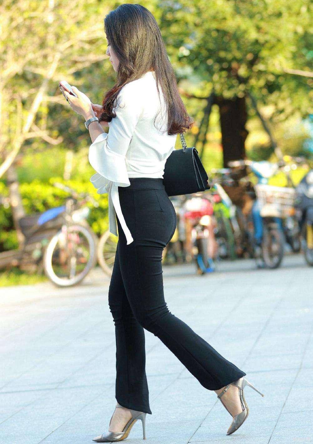 打底裤彰显女神的独特美感,显得时尚潮流范十足