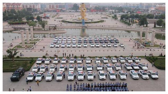 中国警车换上新制服,告别大众,此车一亮相,众人叫好