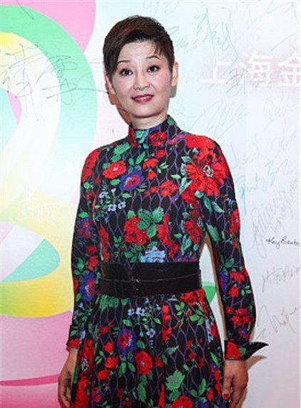 24届上海电视节星装:徐帆烟囱领花朵连衣裙,漆皮鱼嘴鞋成熟魅力