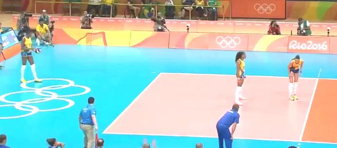 奥运会朱婷竟然把球垫上了看台,魏秋月用行动告诉她:不要慌
