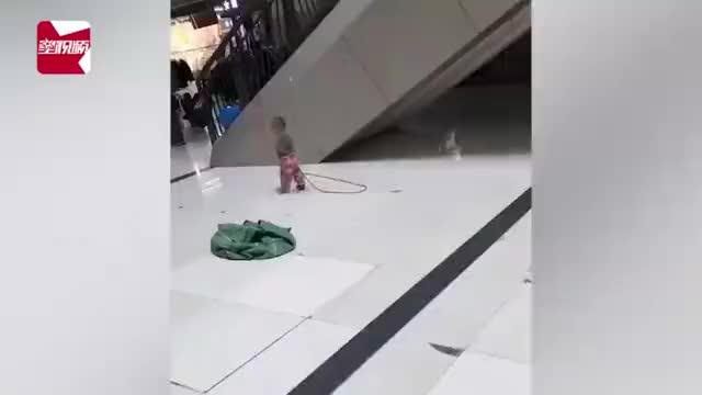 看着心疼!女保洁员带娃上班,用长绳系电梯扶:怕孩子乱跑